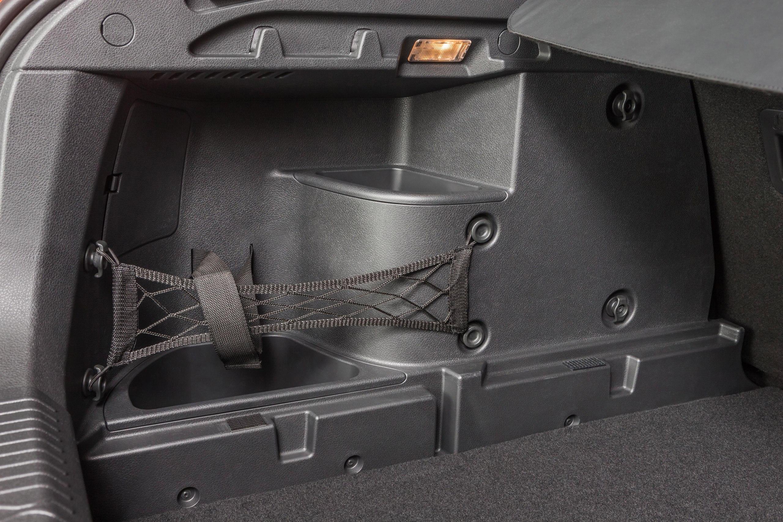 Освещение багажника организовано с помощью двух плафонов