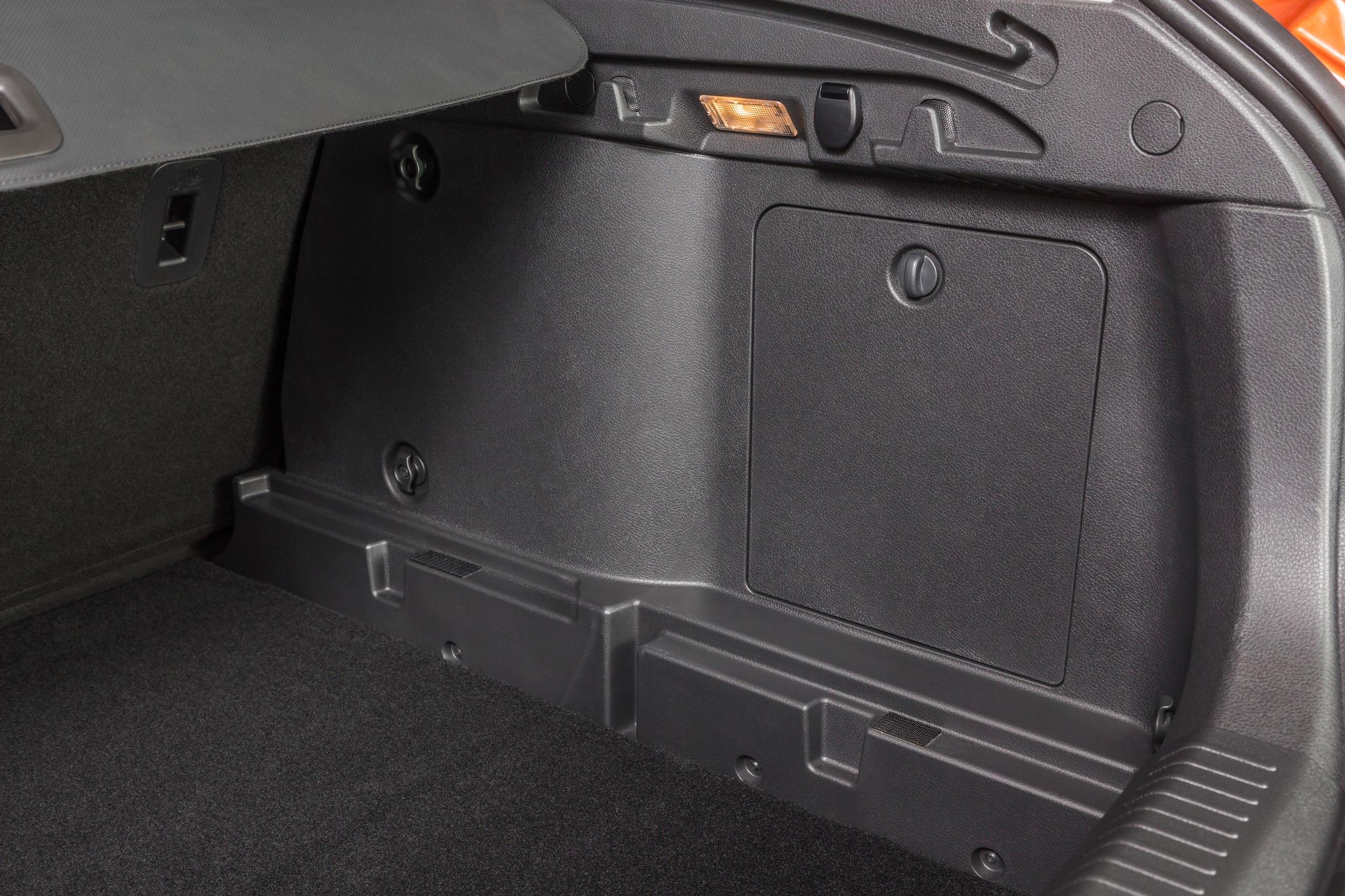 Справа и слева расположены по 2 крючка для пакетов.