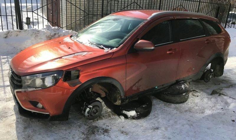 В Саратове жулики во второй раз украли колеса Лада Веста СВ