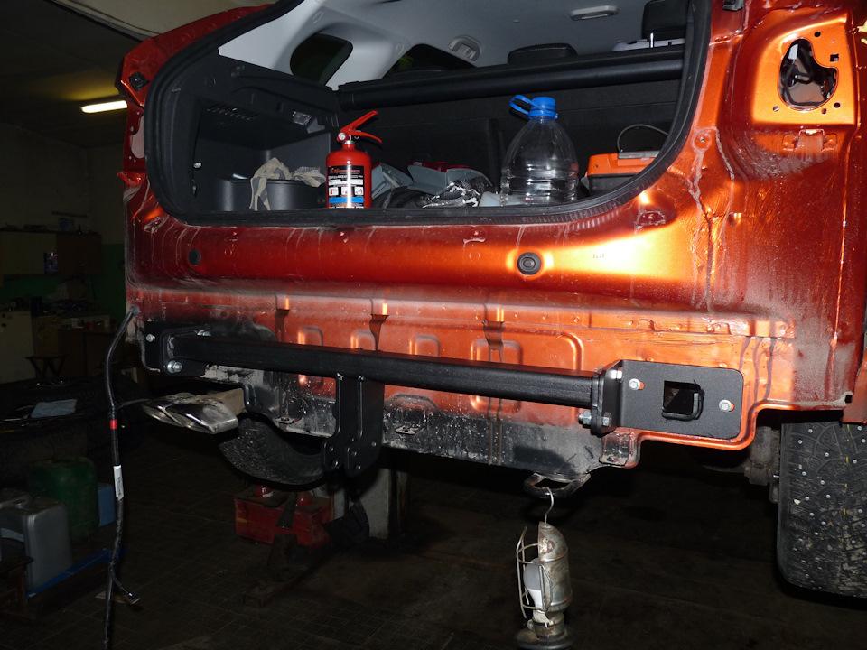 Первым делом нужно демонтировать задний бампер, чтобы под него установить основную часть силовой конструкции.
